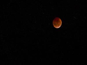 La Luna en un cielo estrellado