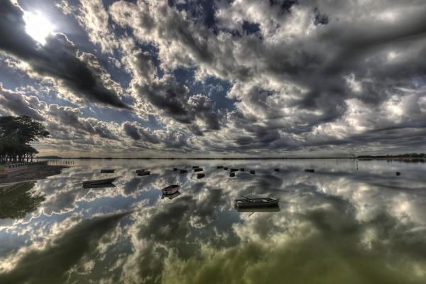 Nubes reflejadas en el agua