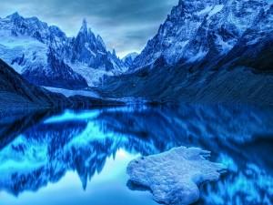 Picos reflejados en un lago