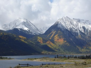 Postal: Montañas con nieve en otoño