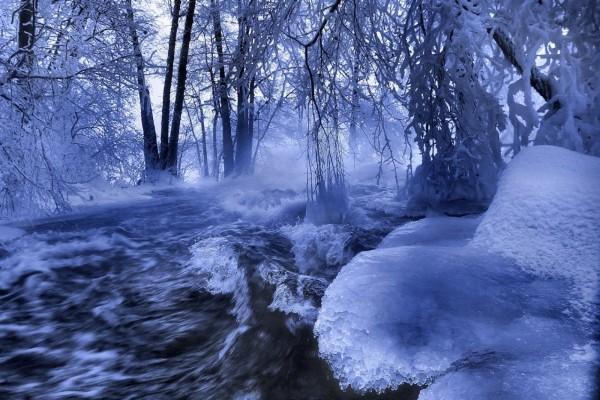 Bloques de hielo junto a un río caudaloso