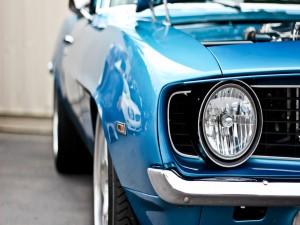 Faro delantero de un coche azul