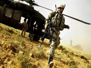 Soldados junto a un helicóptero