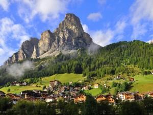 Pueblo bajo la montaña