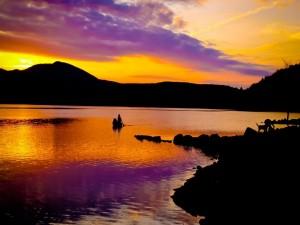 Hermoso atardecer en un lago de Whitingham, Vermont