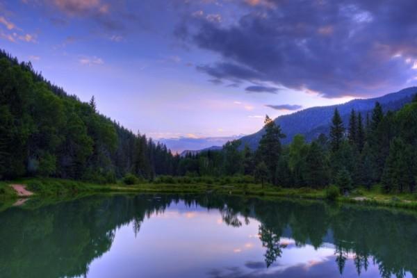 Quietud en un lago al amanecer