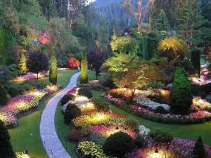 Jardín iluminado al atardecer