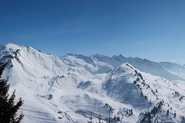 Carretera en las montañas nevadas