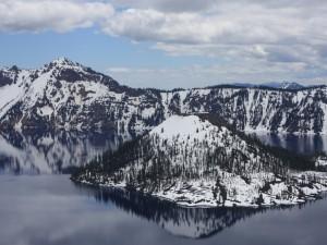 Postal: Montañas nevadas reflejadas en un lago