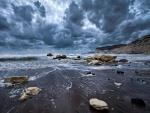 Nubes sobre los acantilados y el mar