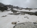 Paisaje pedregoso cubierto de nieve