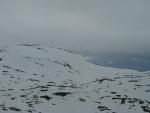 Día nublado en la montaña nevada