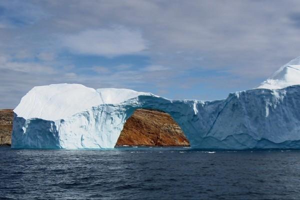 Iceberg con un arco