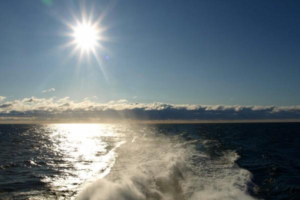 Estela de un barco en un día soleado