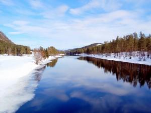 Nieve en las orillas de un río