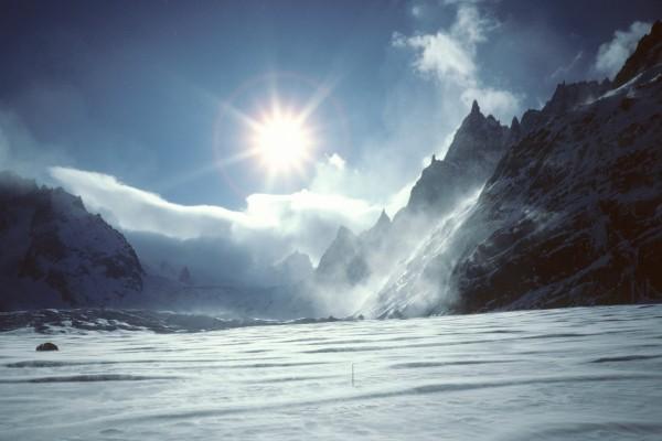 Radiante sol sobre unas montañas nevadas