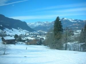 Pueblo en un valle blanco