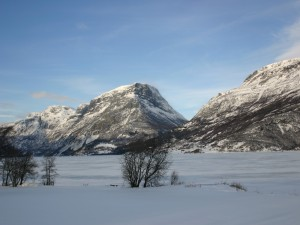 Postal: Nieve bajo las montañas