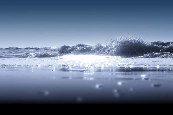 Destellos sobre el agua del mar