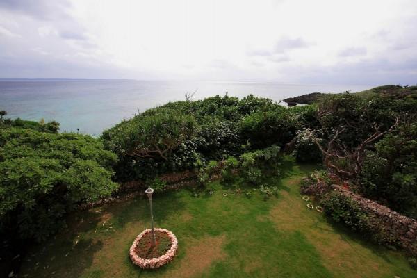 Farola en un jardín junto al mar