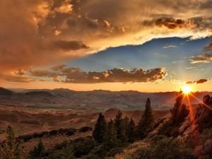 Postal: El sol de la mañana iluminando un paisaje montañoso