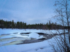 Nieve y hielo cubriendo un río