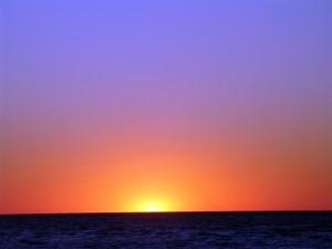 El sol asomando por el horizonte