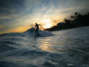 Postal: Surfeando al amanecer