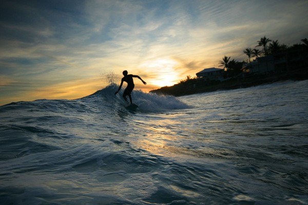 Surfeando al amanecer