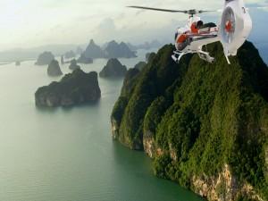 Helicóptero volando por un bello paisaje