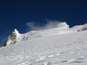 Nieve en la ladera de una montaña