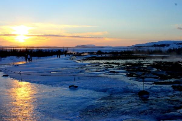 Paseando sobre el hielo al amanecer