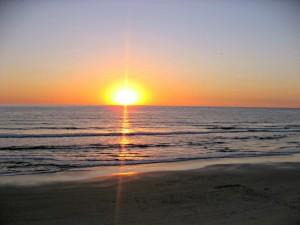 Postal: Espléndido amanecer en una playa