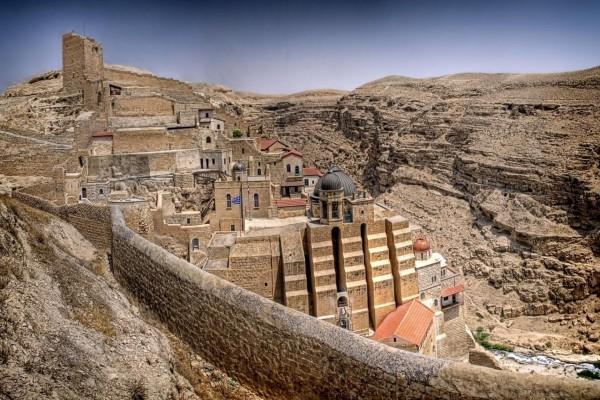 Monasterio griego en un cañón