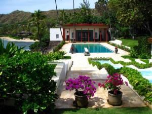 Hermosa casa con piscina y jardín junto al mar