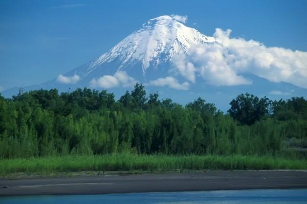 Gran montaña con nieve en la cima