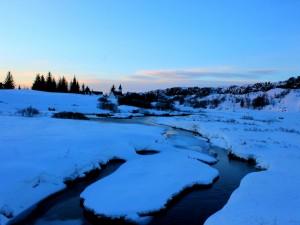 Amanecer sobre un pueblo nevado
