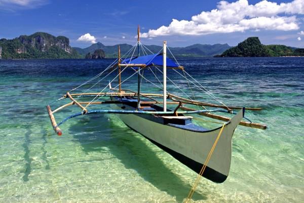 Barca de pesca flotando en el mar