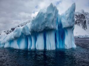 Postal: Iceberg junto a la costa