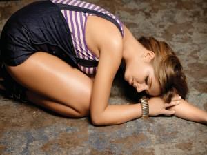 Chica triste sobre el suelo