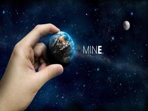 Sosteniendo un planeta