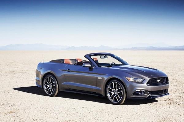 Ford Mustang convertible en un paisaje desértico