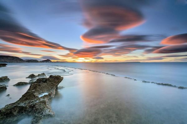 Coloridas nubes sobre el océano
