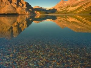 Piedras en el fondo de un lago