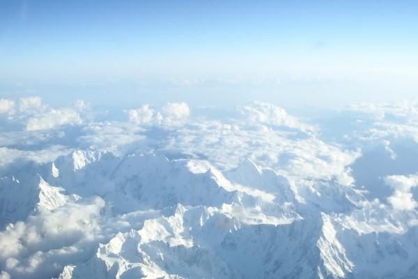 Vista aérea de unas grandes montañas blancas