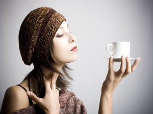 Mujer observando una taza de café