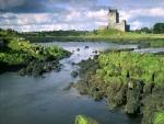 Castillo en un prado verde