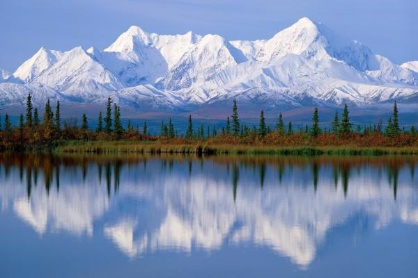 Hermosas montañas blancas reflejadas en un lago
