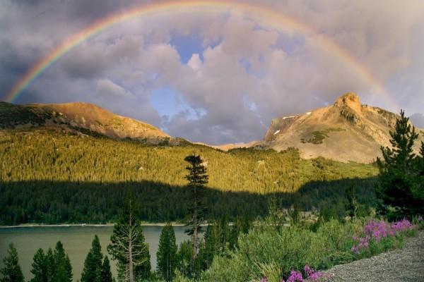 Gran arcoíris tras las montañas