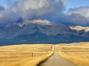 Montañas frente a una carretera